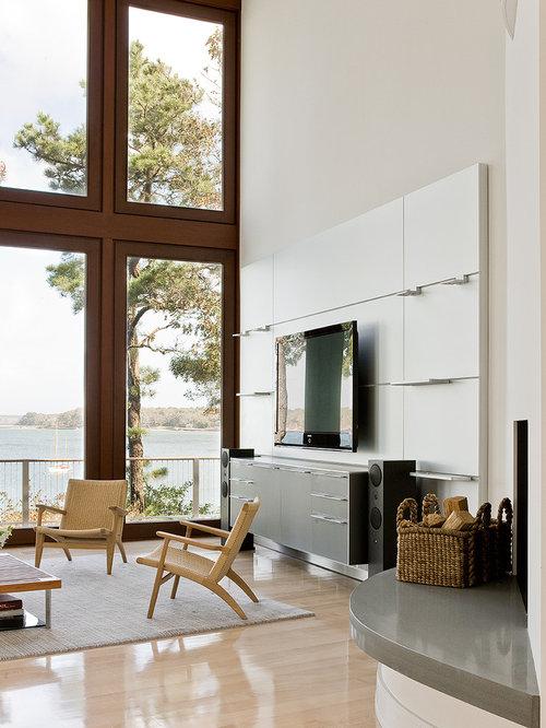 foto de saln actual grande con suelo de madera clara televisor colgado en