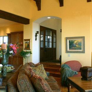 Foto di un grande soggiorno american style aperto con pareti gialle