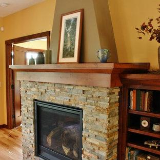 Idee per un soggiorno american style di medie dimensioni e aperto con parquet chiaro, camino classico e cornice del camino in pietra