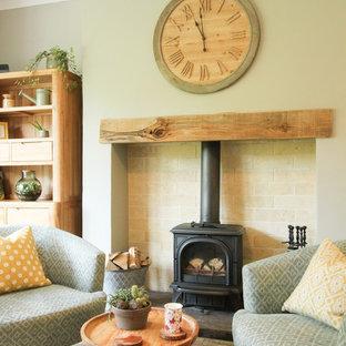 Modelo de salón clásico, de tamaño medio, con paredes grises, suelo de baldosas de cerámica, estufa de leña, marco de chimenea de madera y suelo gris