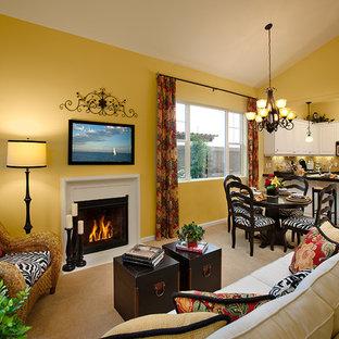 サンタバーバラの大きいエクレクティックスタイルのおしゃれなリビング (黄色い壁、標準型暖炉、壁掛け型テレビ) の写真