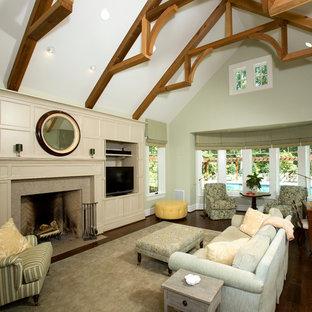 Immagine di un ampio soggiorno tradizionale con pareti verdi e camino classico
