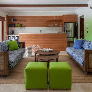 Idee per un soggiorno tradizionale chiuso con angolo bar e pareti verdi