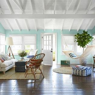 Modelo de salón abierto, marinero, pequeño, con paredes verdes, suelo de madera en tonos medios y suelo marrón