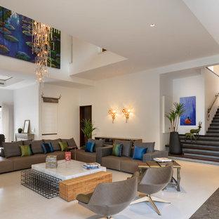Foto de salón abierto, actual, con paredes blancas, suelo de mármol y suelo marrón
