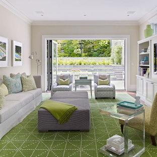 Foto di un grande soggiorno tradizionale con pareti beige e parete attrezzata