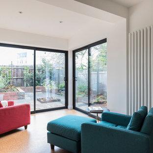 Idee per un piccolo soggiorno chic aperto con pareti bianche e pavimento in sughero