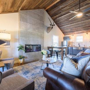 Foto de salón para visitas abierto, rural, pequeño, sin televisor, con paredes beige, suelo de madera oscura, chimeneas suspendidas, marco de chimenea de baldosas y/o azulejos y suelo marrón