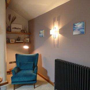 ケントの広いコンテンポラリースタイルのおしゃれなLDK (フォーマル、紫の壁、カーペット敷き、薪ストーブ、レンガの暖炉まわり、コーナー型テレビ、グレーの床、表し梁) の写真