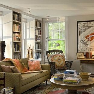 Ispirazione per un soggiorno tradizionale chiuso con libreria e pareti beige