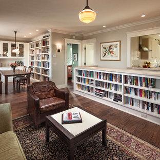 Immagine di un piccolo soggiorno american style aperto con libreria, parquet scuro e nessun camino