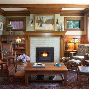 Immagine di un soggiorno stile americano di medie dimensioni e chiuso con pareti verdi, camino classico, cornice del camino piastrellata e nessuna TV