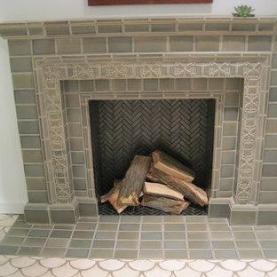 Esempio di un soggiorno american style con pareti bianche, pavimento con piastrelle in ceramica, camino classico, cornice del camino in legno e pavimento bianco