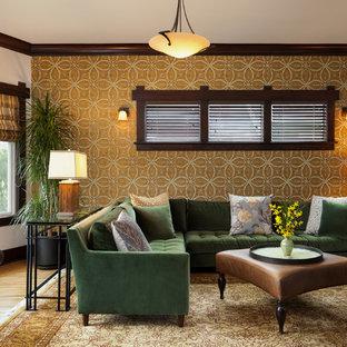 Cette image montre un grand salon craftsman fermé avec un sol en bois brun, une salle de réception et un mur multicolore.