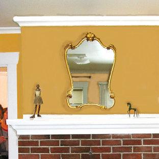 シアトルの小さいおしゃれなLDK (マルチカラーの壁、無垢フローリング、標準型暖炉、レンガの暖炉まわり、据え置き型テレビ) の写真