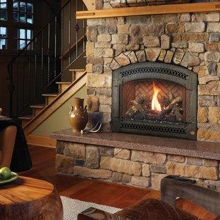 Ejemplo de salón de estilo americano, grande, sin televisor, con paredes beige, suelo de madera en tonos medios, chimenea tradicional, marco de chimenea de piedra y suelo marrón