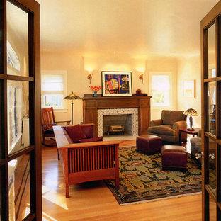 Idéer för att renovera ett amerikanskt vardagsrum, med en spiselkrans i trä