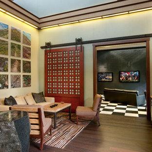 Exemple d'un petit salon asiatique ouvert avec un mur beige, un sol en bois foncé, une salle de réception, aucune cheminée et un sol marron.