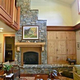 サンルイスオビスポの巨大なおしゃれなリビングロフト (緑の壁、濃色無垢フローリング、標準型暖炉、石材の暖炉まわり、内蔵型テレビ) の写真