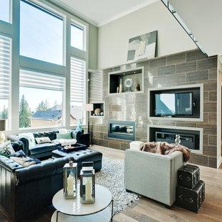 バンクーバーのトラディショナルスタイルのおしゃれなLDK (マルチカラーの壁、無垢フローリング、横長型暖炉、木材の暖炉まわり、埋込式メディアウォール、茶色い床) の写真