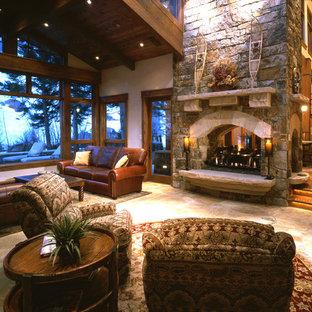 Foto di un grande soggiorno american style aperto con sala formale, pareti beige, pavimento in travertino, camino bifacciale e cornice del camino in pietra