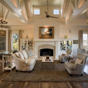 Offenes Maritimes Wohnzimmer mit weißer Wandfarbe und braunem Holzboden in Charleston