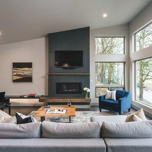 ポートランドの中サイズのラスティックスタイルのおしゃれな独立型リビング (白い壁、濃色無垢フローリング、標準型暖炉、漆喰の暖炉まわり、壁掛け型テレビ) の写真