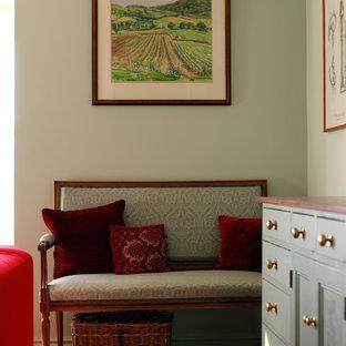 Esempio di un soggiorno classico con pareti blu, moquette e cornice del camino in legno