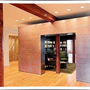 Esempio di un soggiorno design di medie dimensioni e chiuso con libreria, pareti nere, parquet chiaro, nessun camino e nessuna TV