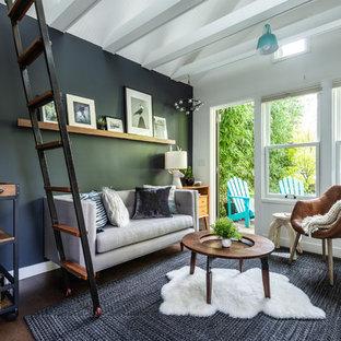 Diseño de salón abierto, contemporáneo, pequeño, sin televisor, con paredes grises, suelo de corcho y suelo marrón