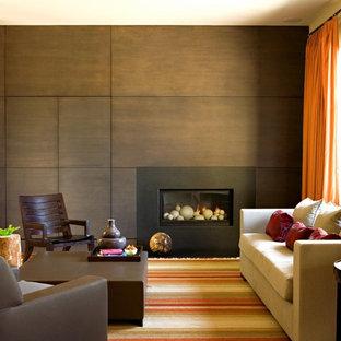 Idéer för ett modernt vardagsrum, med bruna väggar och en standard öppen spis