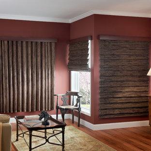 Inspiration för ett mellanstort eklektiskt vardagsrum, med röda väggar och mellanmörkt trägolv