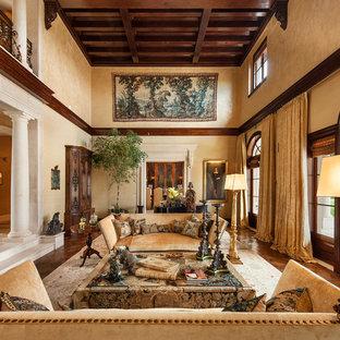 Ejemplo de salón para visitas mediterráneo, sin televisor, con paredes beige y suelo de madera en tonos medios