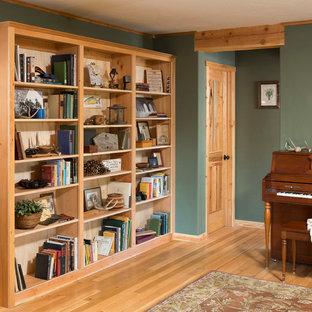 Foto de salón abierto, rústico, de tamaño medio, con paredes verdes y suelo de madera clara