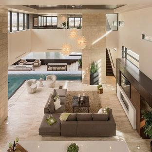 Idéer för att renovera ett mycket stort funkis allrum med öppen planlösning, med en hemmabar, beige väggar, en bred öppen spis och en inbyggd mediavägg