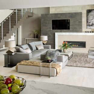 Imagen de salón con barra de bar abierto, contemporáneo, extra grande, con chimenea lineal, pared multimedia, paredes marrones, suelo de madera oscura y suelo marrón