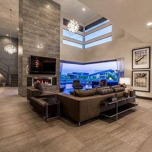 Esempio di un ampio soggiorno minimal aperto con pareti beige, camino lineare Ribbon, TV a parete, pavimento in gres porcellanato, cornice del camino piastrellata e pavimento marrone