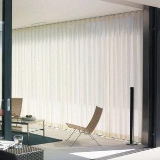 サンディエゴの大きいモダンスタイルのおしゃれな独立型リビング (フォーマル、ベージュの壁、大理石の床、暖炉なし、テレビなし、白い床) の写真