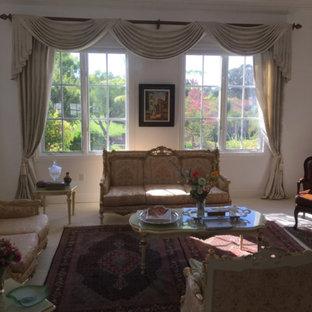 サンディエゴの中サイズのトラディショナルスタイルのおしゃれな独立型リビング (フォーマル、カーペット敷き、暖炉なし、テレビなし、ベージュの床、白い壁) の写真