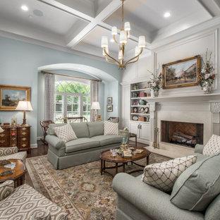 Imagen de salón abierto y casetón, clásico, con paredes blancas, suelo de madera oscura, chimenea tradicional y suelo marrón