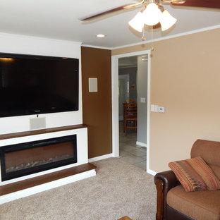 Idee per un soggiorno minimal di medie dimensioni con pareti marroni, moquette, camino sospeso, cornice del camino in legno e parete attrezzata