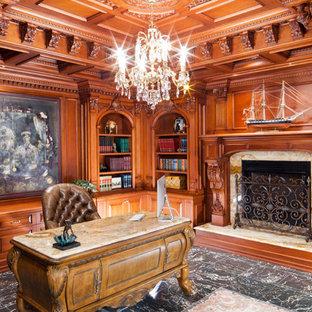 Foto di un ampio soggiorno classico chiuso con libreria, pareti marroni, pavimento in linoleum, camino classico, cornice del camino in legno e pavimento marrone