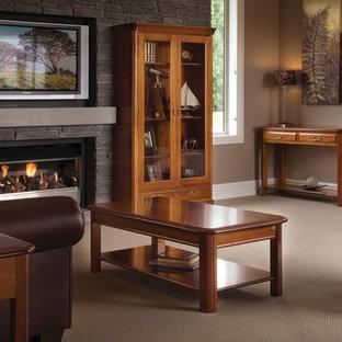 クライストチャーチの中サイズのトラディショナルスタイルのおしゃれなLDK (茶色い壁、カーペット敷き、標準型暖炉、石材の暖炉まわり、埋込式メディアウォール、ベージュの床) の写真