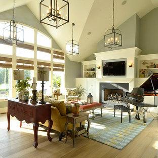 Idee per un grande soggiorno chic aperto con sala della musica, pareti beige, parquet chiaro, camino classico, cornice del camino in cemento, TV a parete e pavimento beige
