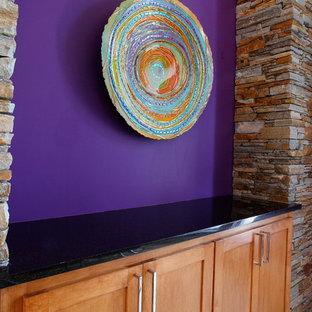 ダラスの中サイズの地中海スタイルのおしゃれなLDK (マルチカラーの壁、淡色無垢フローリング、標準型暖炉、レンガの暖炉まわり) の写真