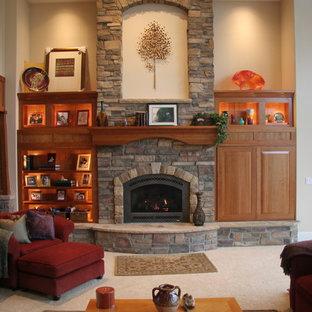Idee per un soggiorno stile americano di medie dimensioni e chiuso con sala formale, pareti beige, moquette, camino classico, cornice del camino in pietra e nessuna TV