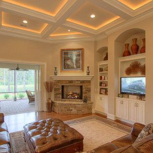Idee per un grande soggiorno stile marino stile loft con pareti beige, camino ad angolo, sala formale, pavimento in legno massello medio, cornice del camino in pietra e parete attrezzata