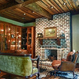 Immagine di un soggiorno tradizionale di medie dimensioni e aperto con pareti marroni, pavimento in legno massello medio, camino classico, cornice del camino in mattoni, nessuna TV e pavimento marrone