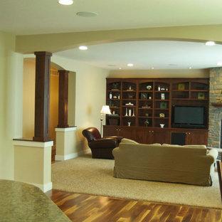 Ispirazione per un soggiorno classico di medie dimensioni e chiuso con sala formale, pareti beige, moquette, camino ad angolo, cornice del camino in pietra e TV autoportante