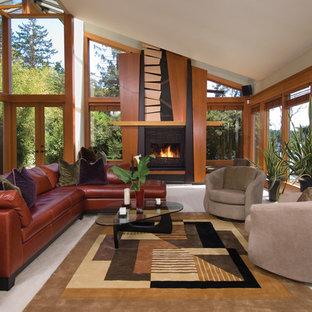 Repräsentatives, Offenes, Mittelgroßes, Fernseherloses Mid-Century Wohnzimmer mit Gaskamin, beiger Wandfarbe, Porzellan-Bodenfliesen und Kaminumrandung aus Holz in San Diego
